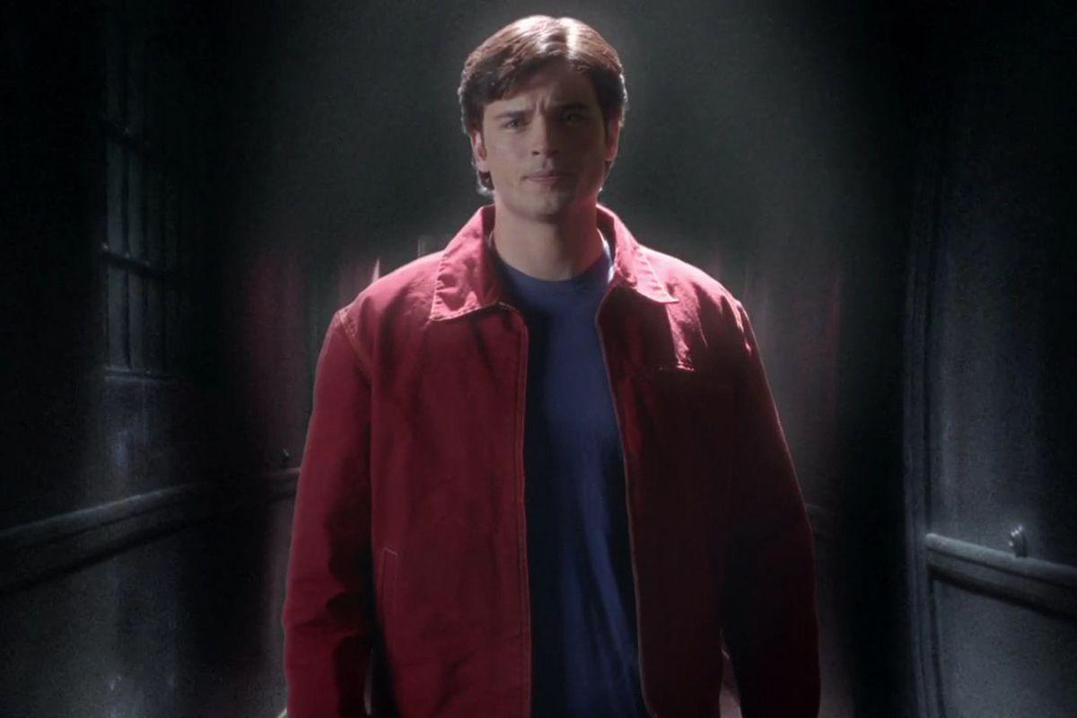Smallville: Tom Welling wearing red shirt, blue shirt, no pants?