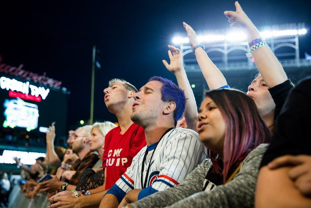 Fans sing along during Green Day performance at Wrigley Field on Thursday, August 24, 2017. | SANTIAGO COVARRUBIAS/FOR THE SUN-TIMES
