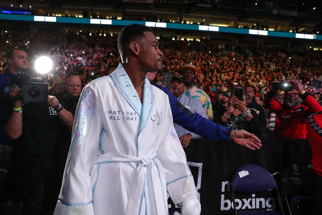 EMSJxehUEAA5A9o.0 - Jacobs gets W after Chavez quits, chaos ensues in Phoenix