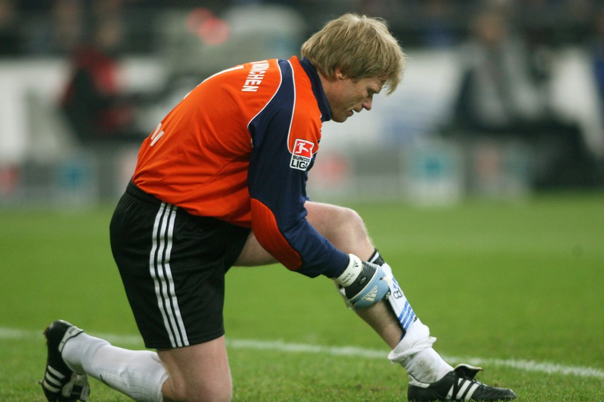 Oliver Kahn - Football, Goalkeeper, FC Bayern Munich, Germany - kneeling on the pitch, adjusting his shin guard