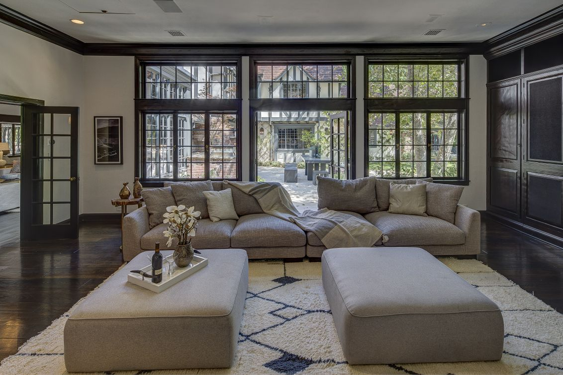 Living room with panels of windows