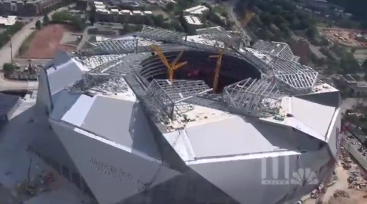 Mercedes benz stadium roof opens for first time dirty for Mercedes benz stadium roof