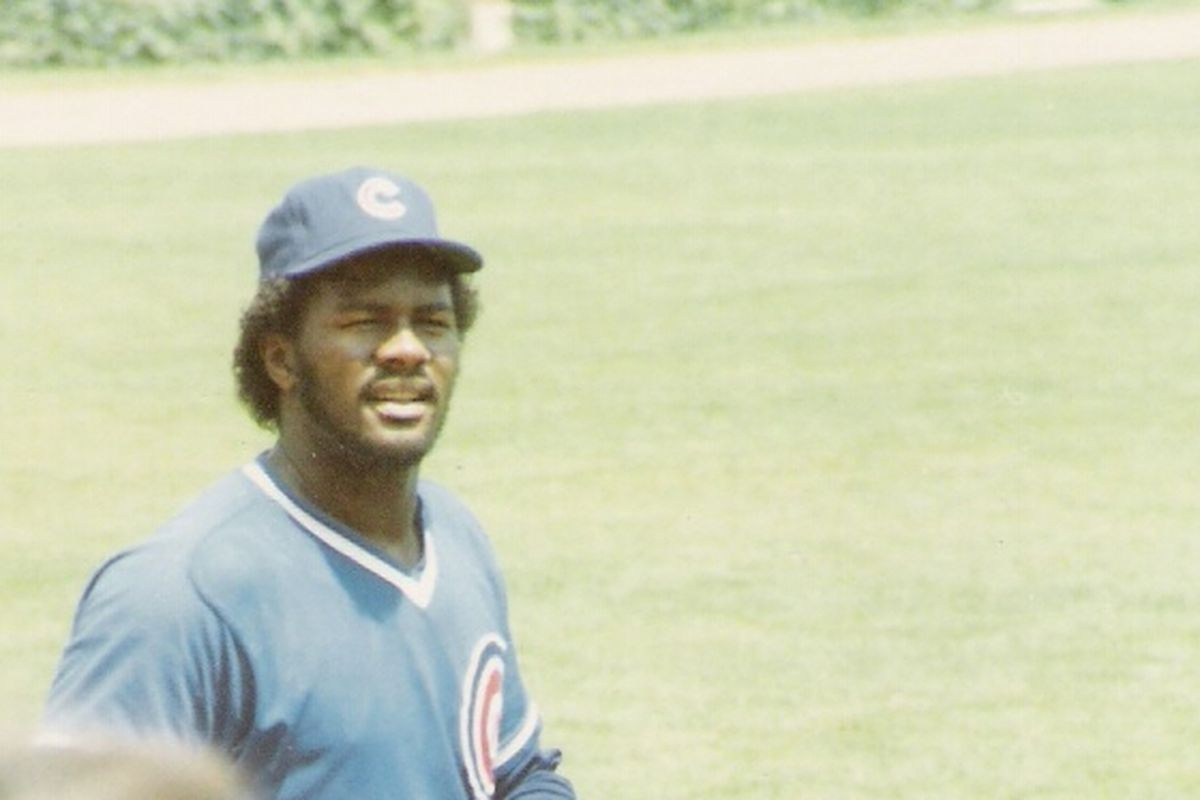 Lee Smith walking very slowly from one place to another as a member of the Cubs