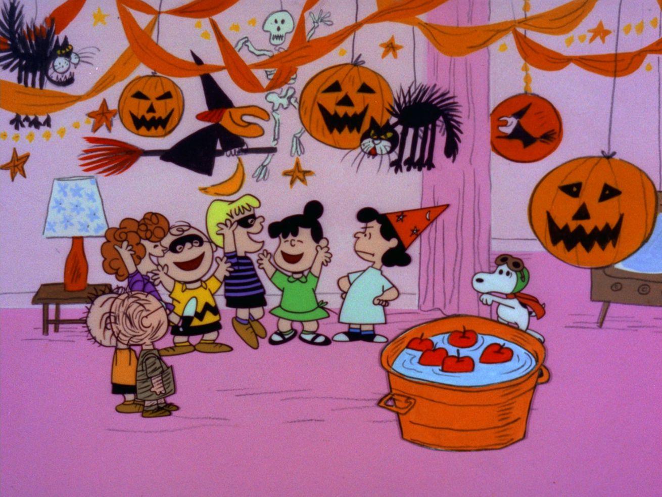 Snoopy se faufile dans la fête d'Halloween dans It's the Great Pumpkin, Charlie Brown.