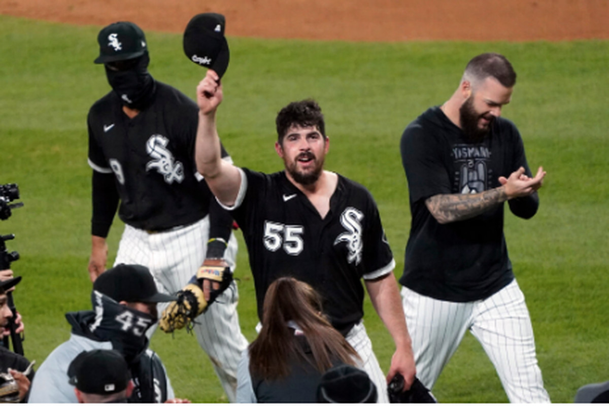 White Sox left-hander Carlos Rodon tips his cap to the fans after his no-hitter Wednesday against the Indians at Guaranteed Rate Field.