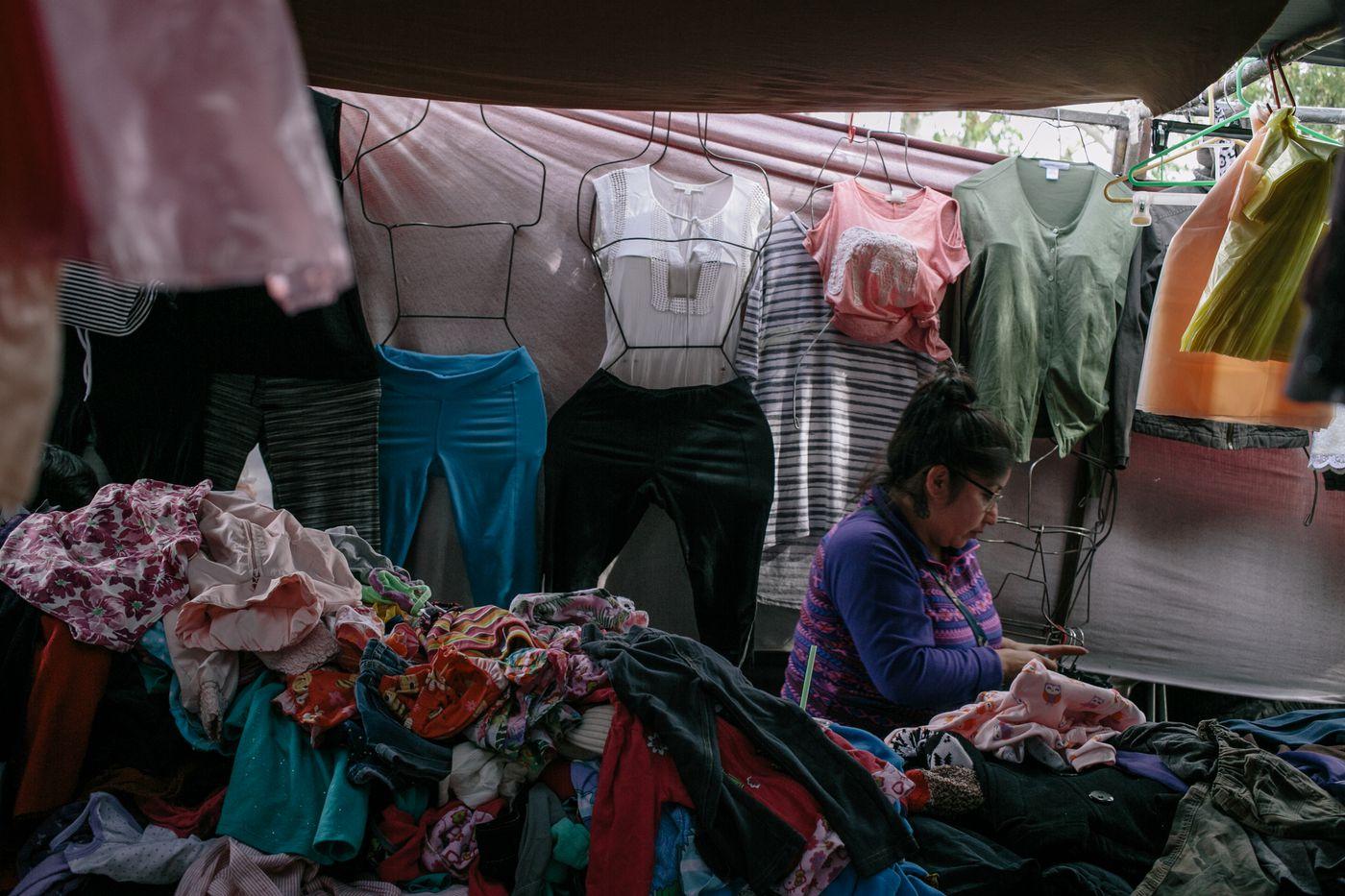 199722952cae Contrabando de ropa usada de los Estados Unidos en la frontera EE.UU ...