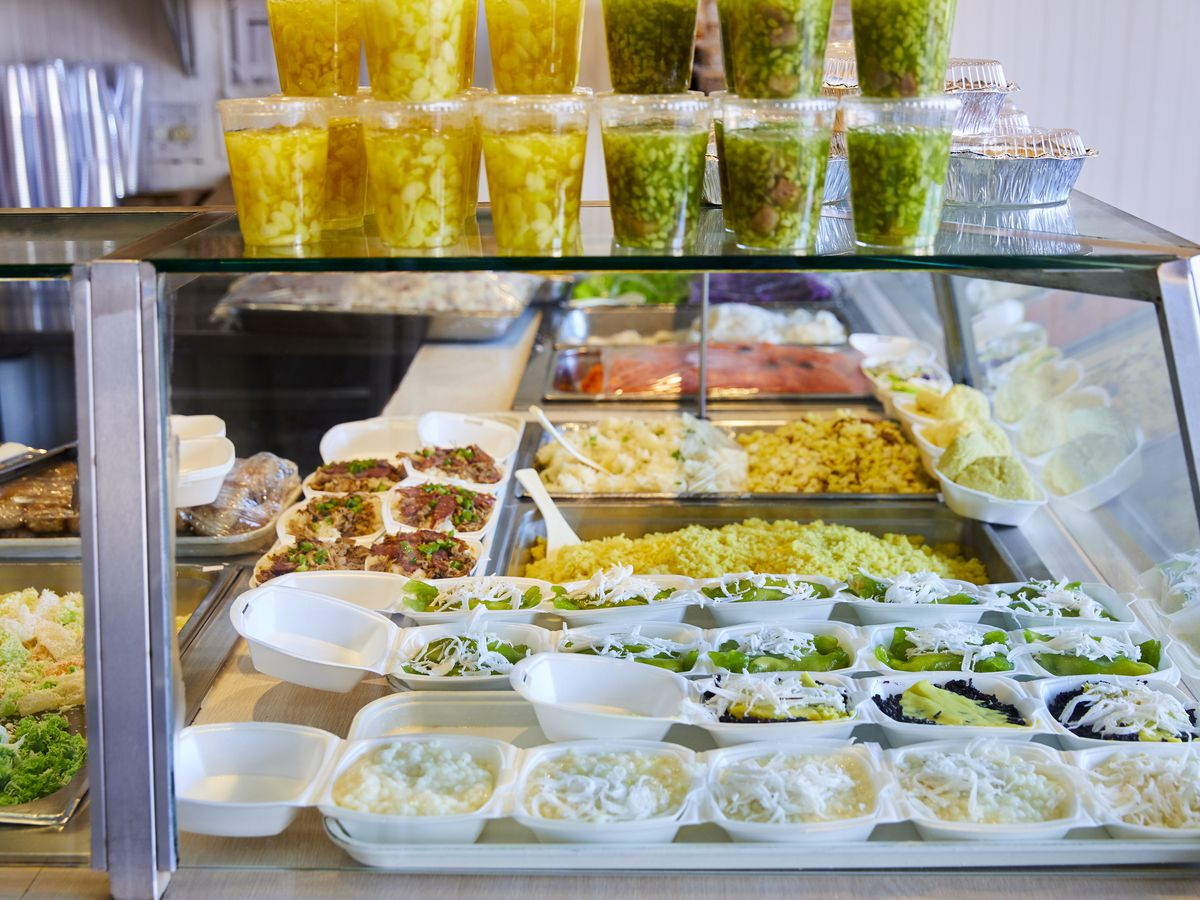 A glass case full of Vietnamese desserts called che