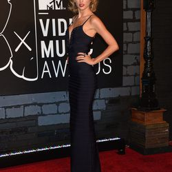 Taylor Swift vamped it up in a plunging navy number.