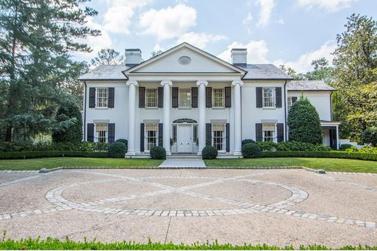 a picture of a mansion resembling the white house