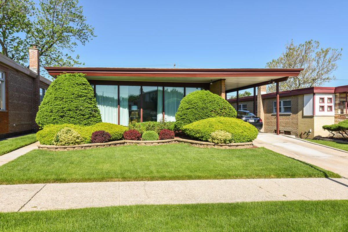 Two Chicago Area Midcentury Time Capsules For Under 250k