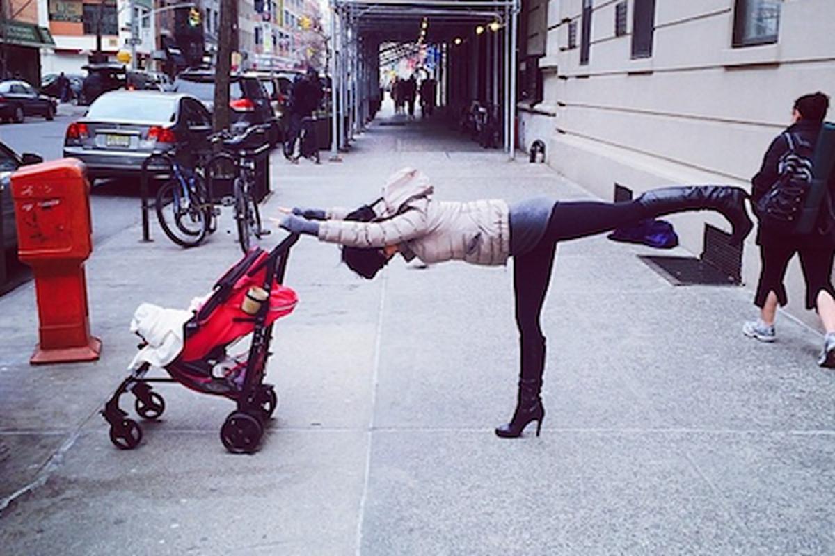 "Some Hilaria-ous streetside yoga; Photo via Instagram/<a href=""http://instagram.com/p/jXDugpA8Ru/"">@hilariabaldwin</a>"