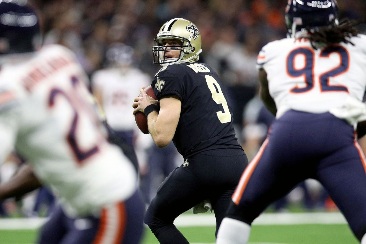 Drew Brees gets ready to throw a pass