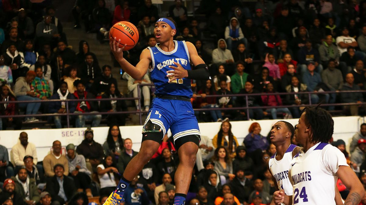 Bloom's Dante Maddox, Jr., (21) glides toward the basket for two against Thornton.