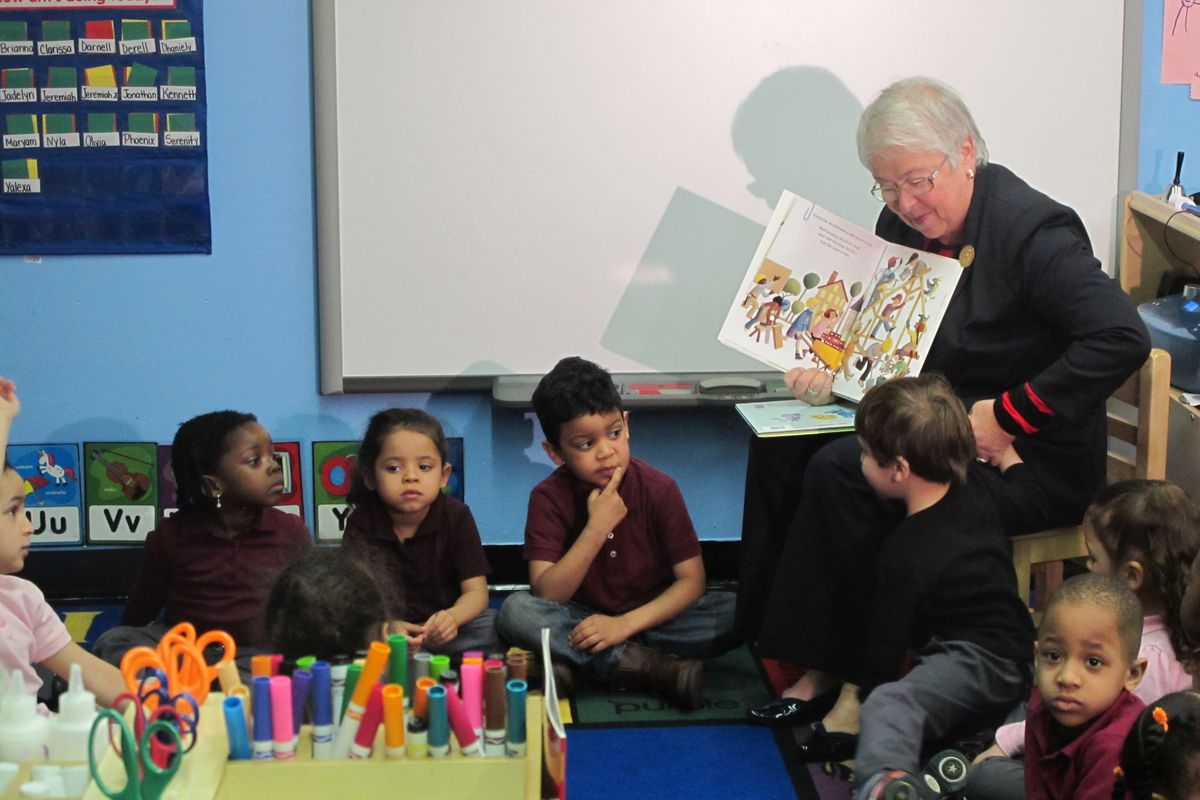 Chancellor Carmen Fariña reads to a group of three- and four-year-olds living at the HELP Bronx Crotona Park North shelter.