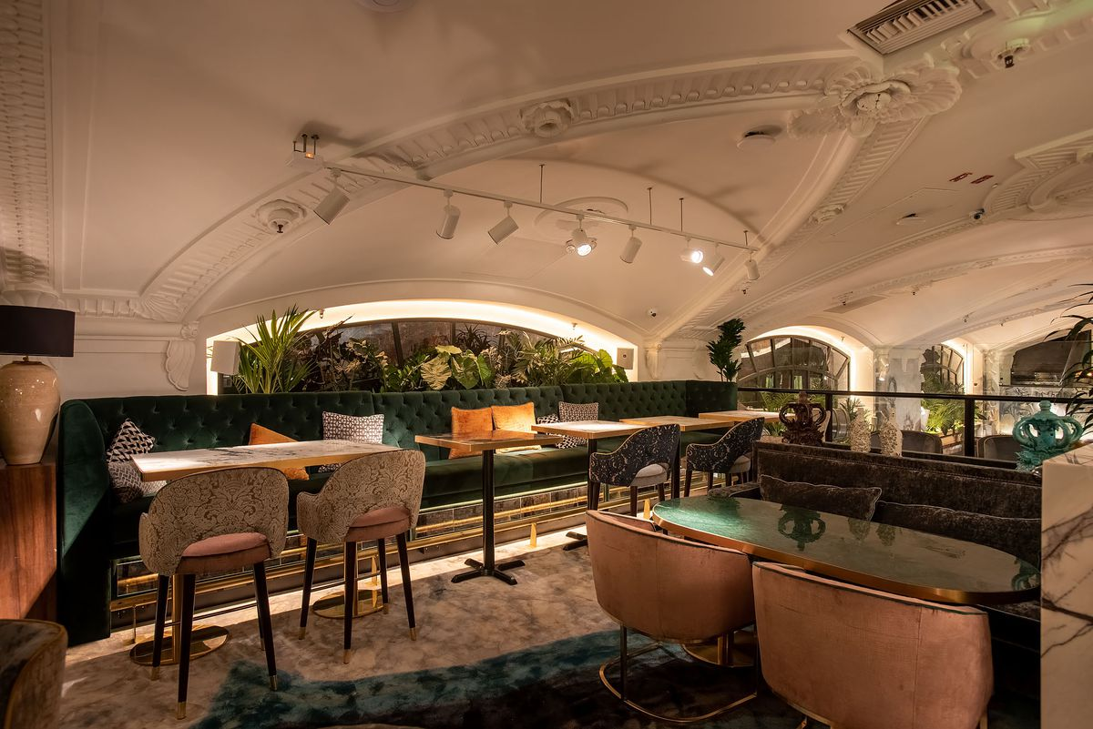 A low ceiling meets diners at the top of a modern bar.