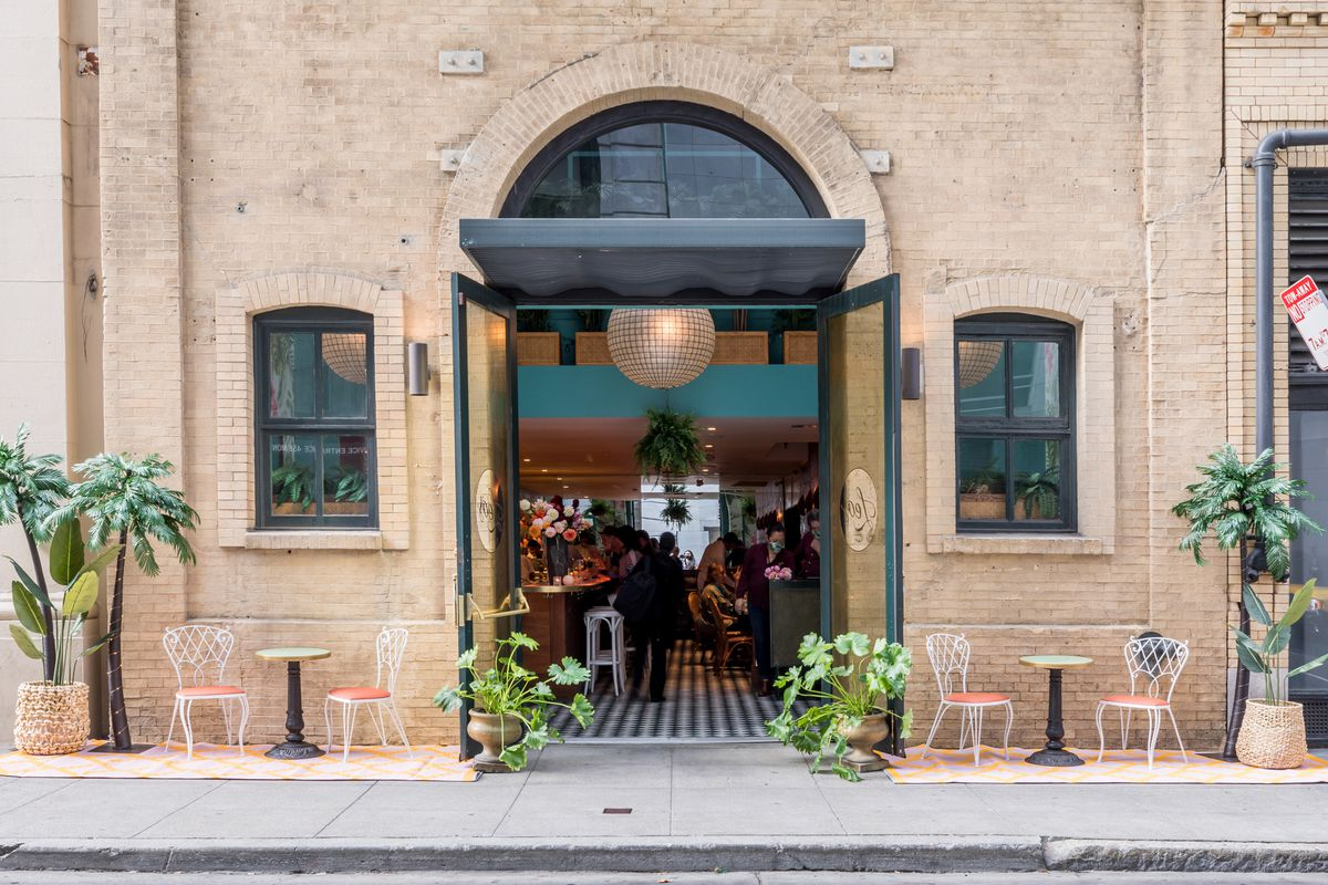 Exterior entry of Leo's Oyster Bar