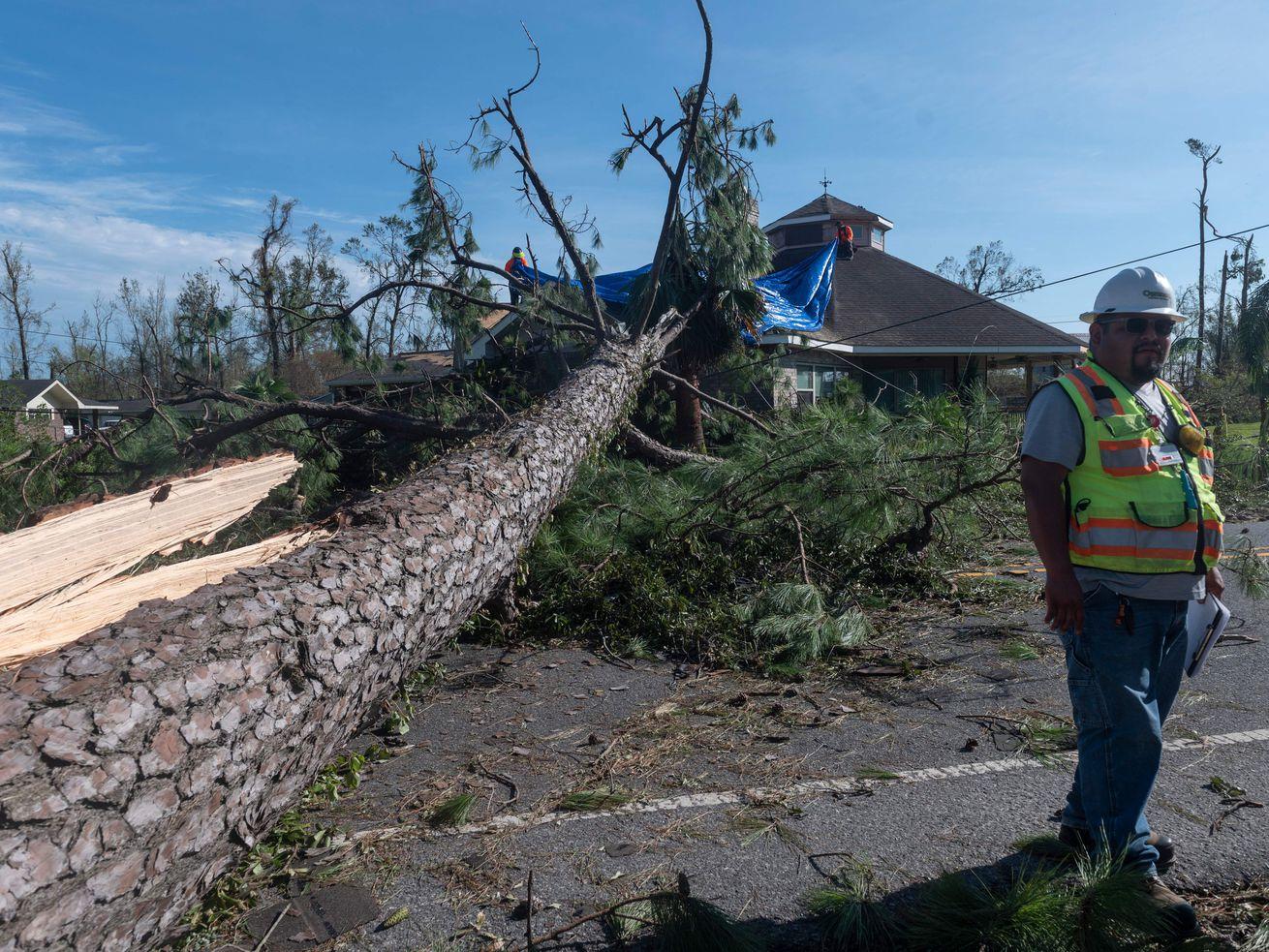 """""""Parece que uma bomba explodiu:"""" Louisianians se recuperando do furacão Laura 12"""