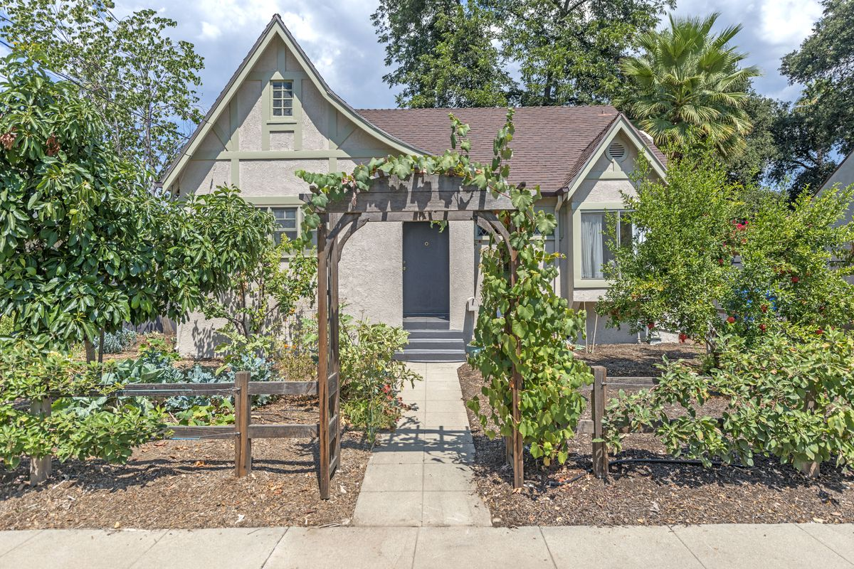 1920s storybook cottage in Altadena asks $550K - Curbed LA