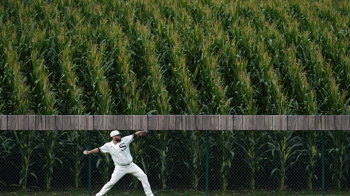 White Sox pitcher Lance Lynn warms up in the outfield before a game against the Yankees, Aug. 12, 2021 in Dyersville, Iowa.
