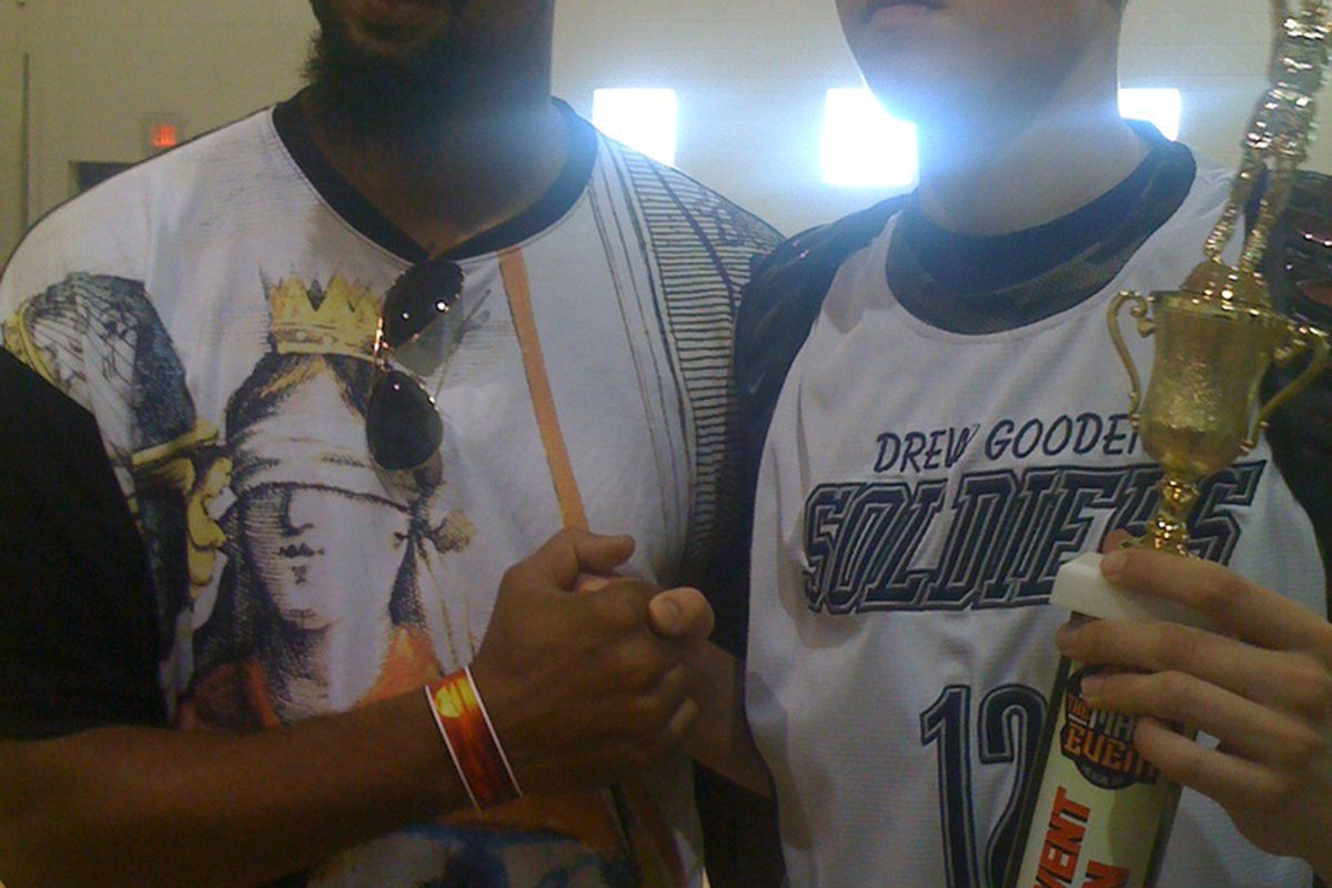 2011 Gonzaga prospect Kyle Wiltjer (right) stands with current San Antonio Spur and former Kansas standout Drew Gooden.  (courtesy: TheShiver.com)