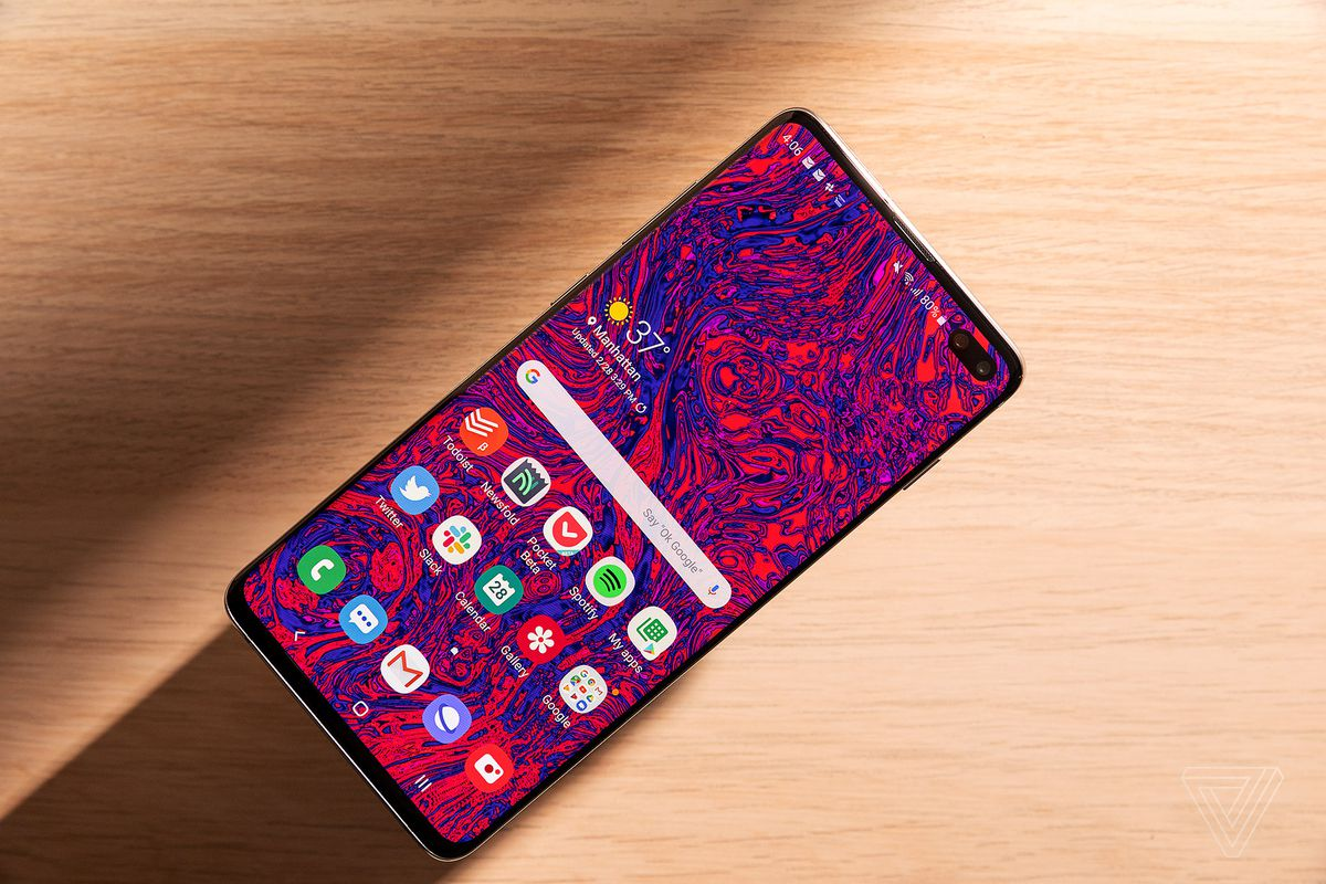 Samsung Galaxy S10 Plus Review The Anti Iphone The Verge