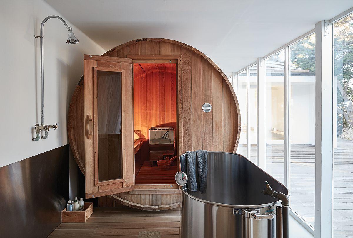 Barrel Shaped Sauna With Tub