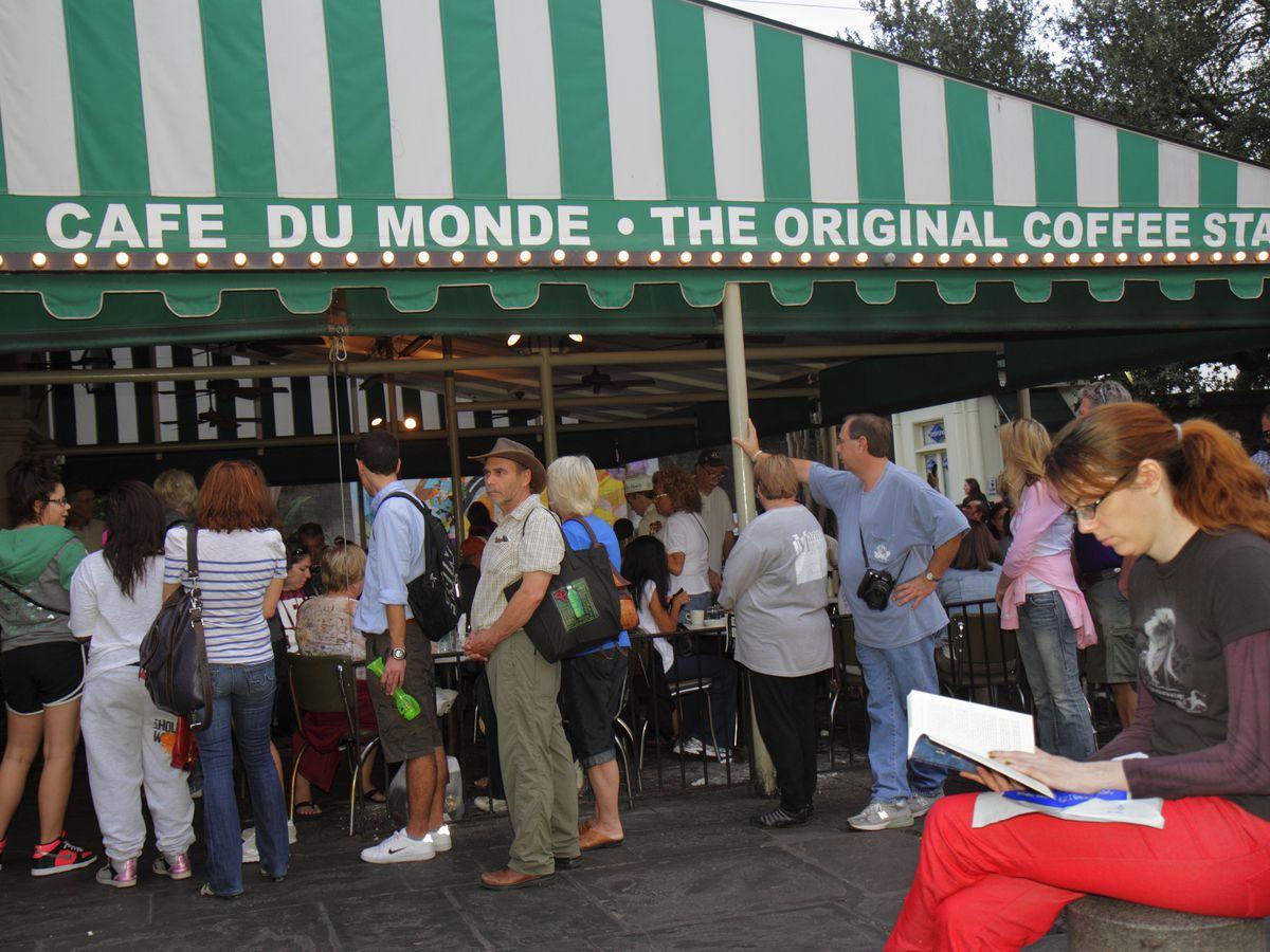 A queue at Cafe du Monde.