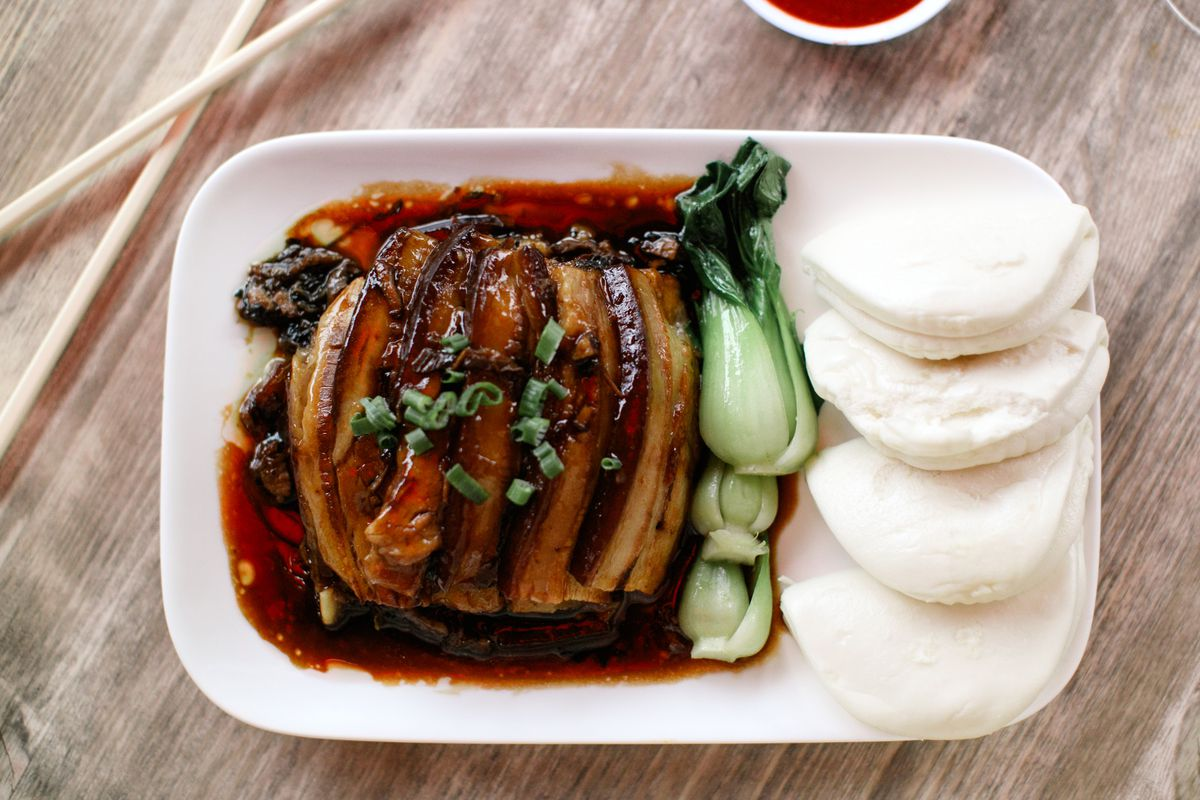plate with sliced pork belly and steamed buns