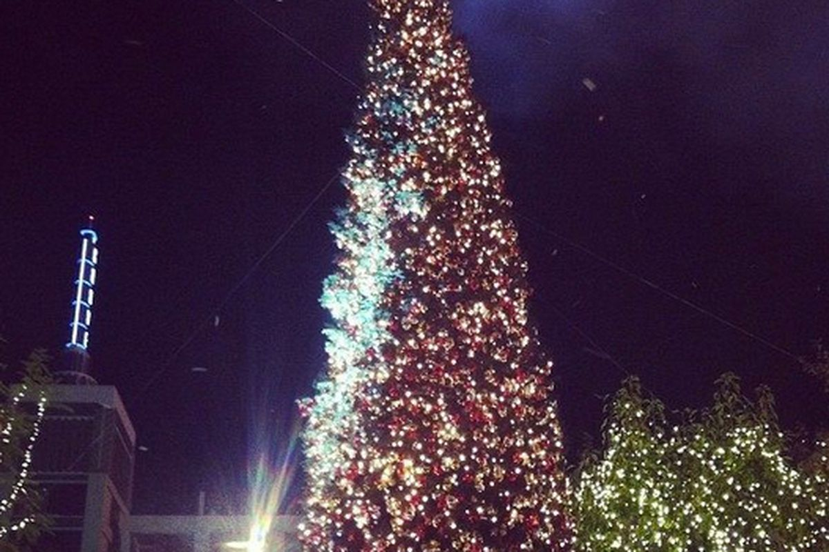 """Photo <a href=""""http://la.racked.com/archives/2012/11/12/bolton_backstreet_snaps_from_the_groves_tree_lighting_bash.php"""">via</a>"""