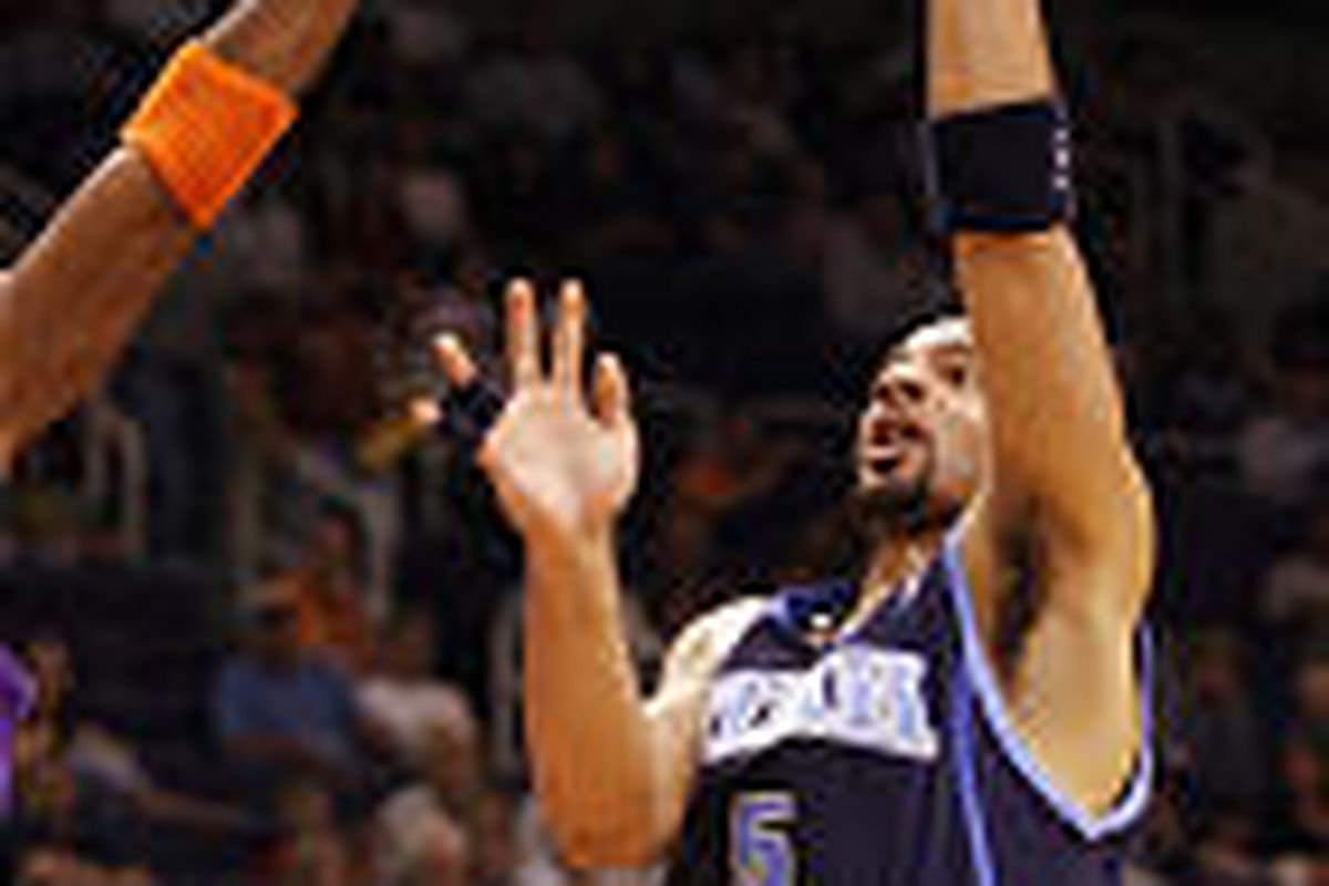 Utah's Carlos Boozer (5) shoots against Phoenix Suns defenders, including Quentin Richardson (3) Wednesday.