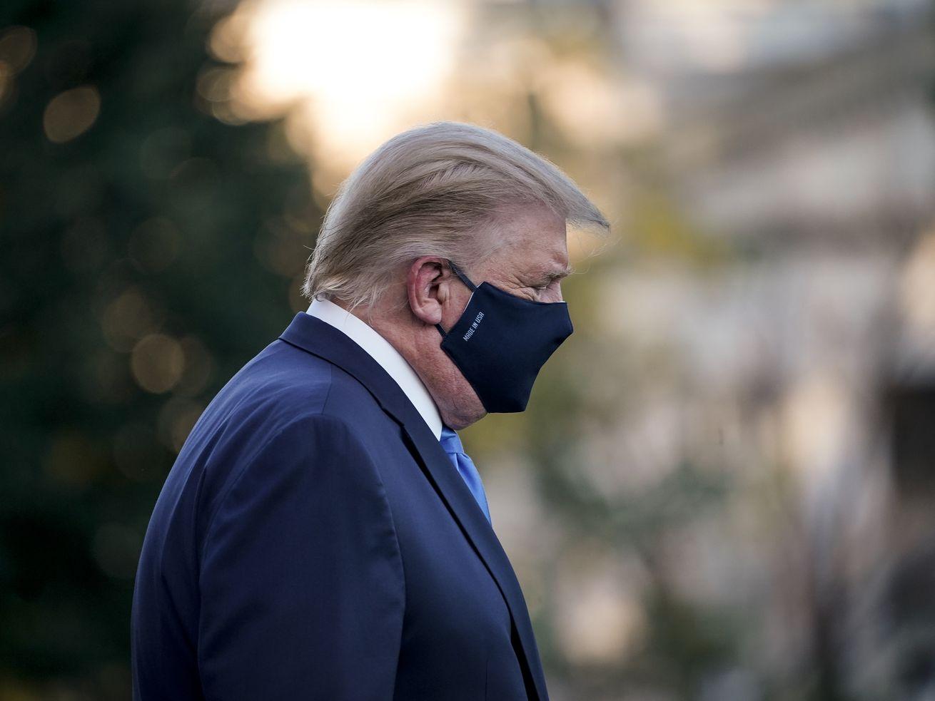 Le président Donald Trump quitte la Maison Blanche pour le centre médical Walter Reed pour se faire soigner pour Covid-19.