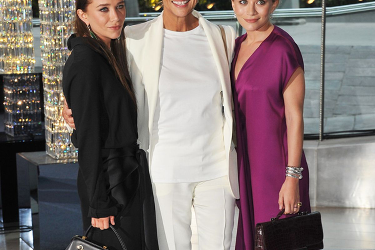 Mary-Kate Olsen and Ashley Olsen with model Lauren Hutton. Image via Getty