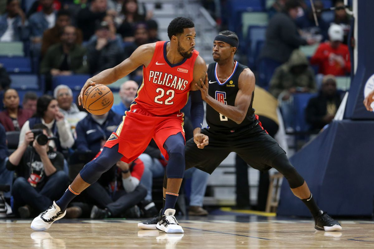 New Orleans Pelicans center Derrick Favors posts up against Los Angeles Clippers forward Maurice Harkless in the first quarter at the Smoothie King Center.