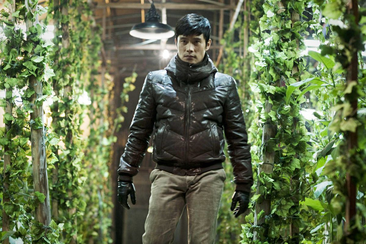 Special Agent Kim Soo-hyeon (Lee Byung-hun) stalking his prey in a greenhouse in I Saw The Devil.