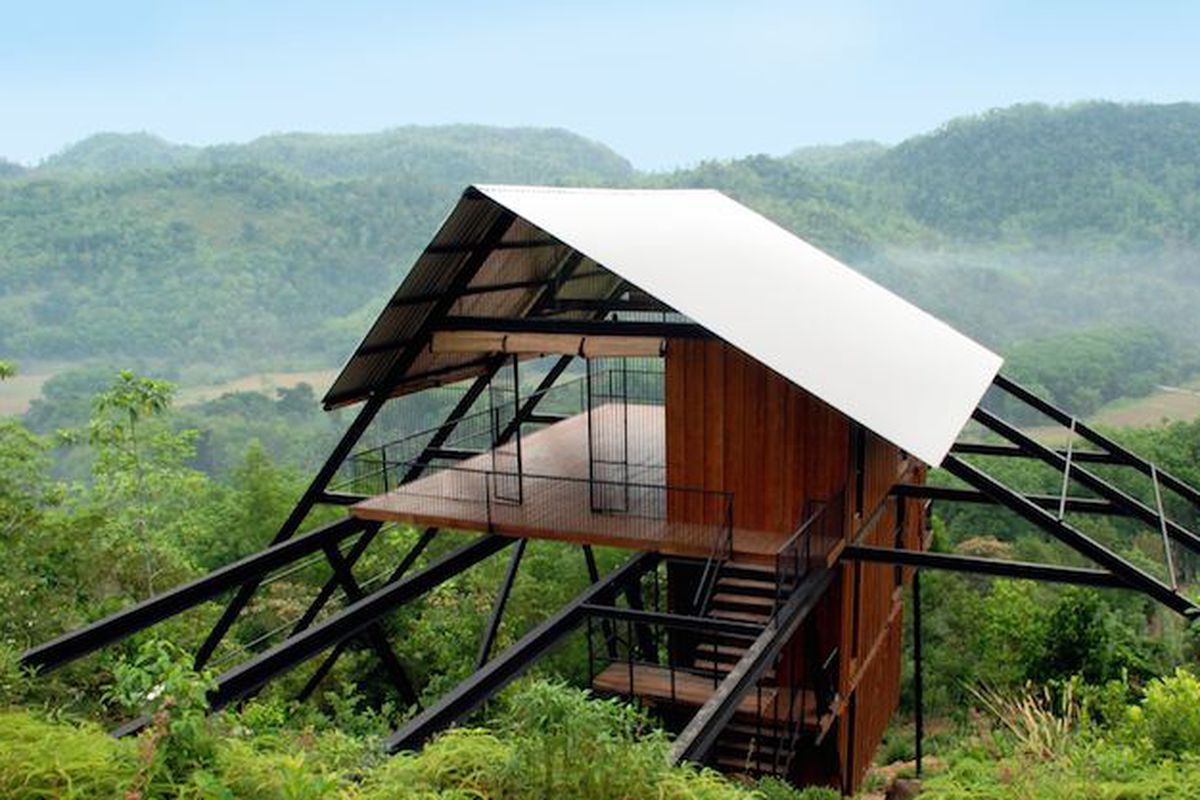 "All photos by Malaka Weligodapola and Lakmal Galagoda via<a href=""http://www.dezeen.com/2015/06/15/estate-bungalow-narein-perera-treetop-sri-lanka-rubber-plantation-jungle/"">Dezeen</a>"