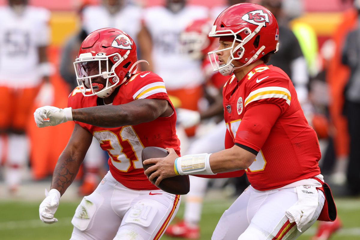 Quarterback Patrick Mahomes #15 of the Kansas City Chiefs fakes a hand-off to running back Darrel Williams #31 of the Kansas City Chiefs during the AFC Divisional Playoff game against the Cleveland Browns at Arrowhead Stadium on January 17, 2021 in Kansas City, Missouri.