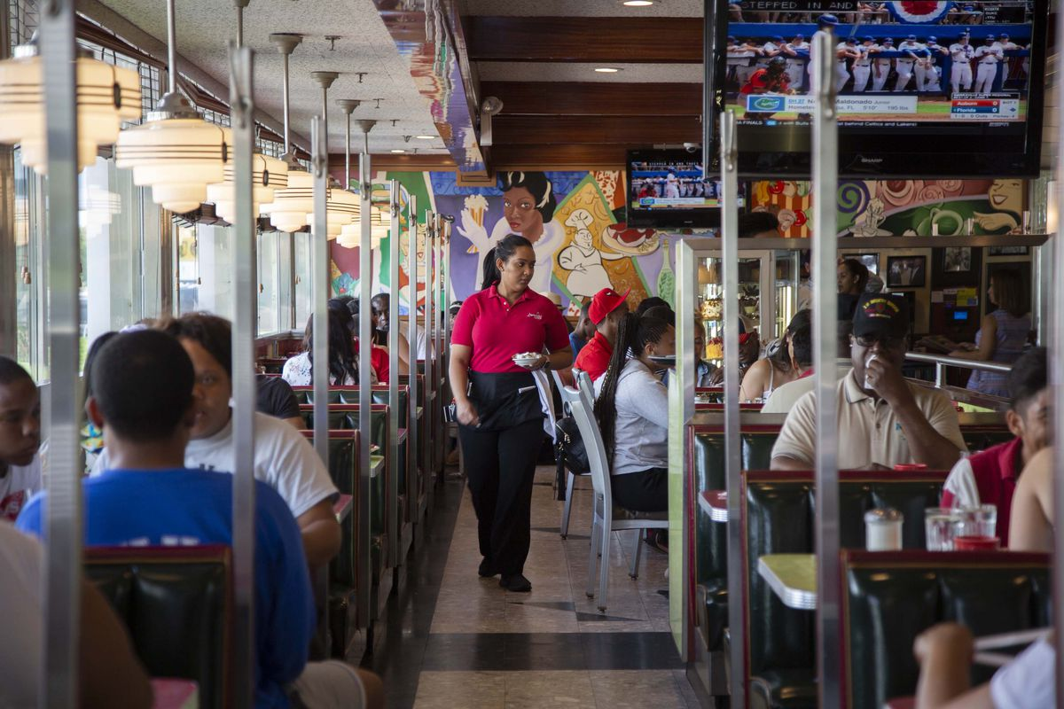 Lindenwood_booths A Look Inside the Historic NYC Diners Still Keeping Traditions Alive