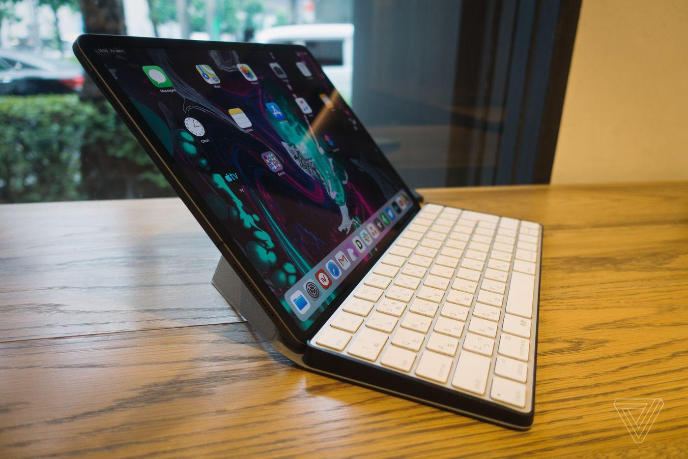 Apple Ipad Pro Keyboard Review Logitech Zagg Brydge Apple The Verge