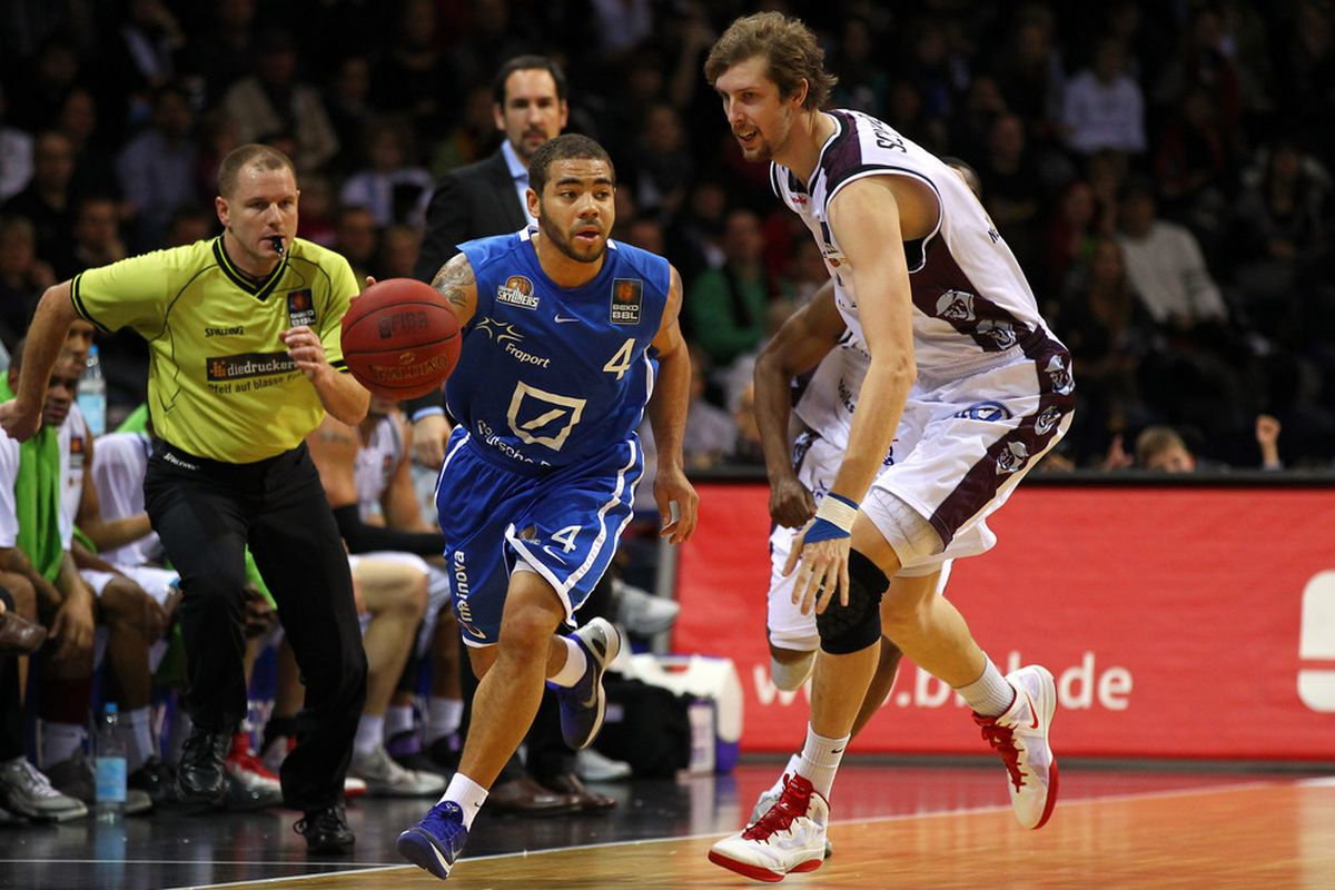 I still have no idea why I have pictures of Juice Thompson playing for the Fraport Skyliners in my photo finder tool. Or why German refs wear neon yellow.