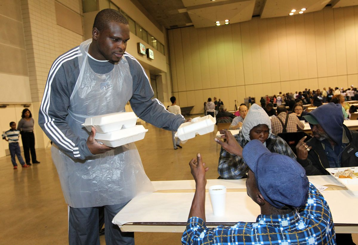 Memphis Grizzlies participate in Memphis Thanksgiving Dinner for the Homeless and Hungry