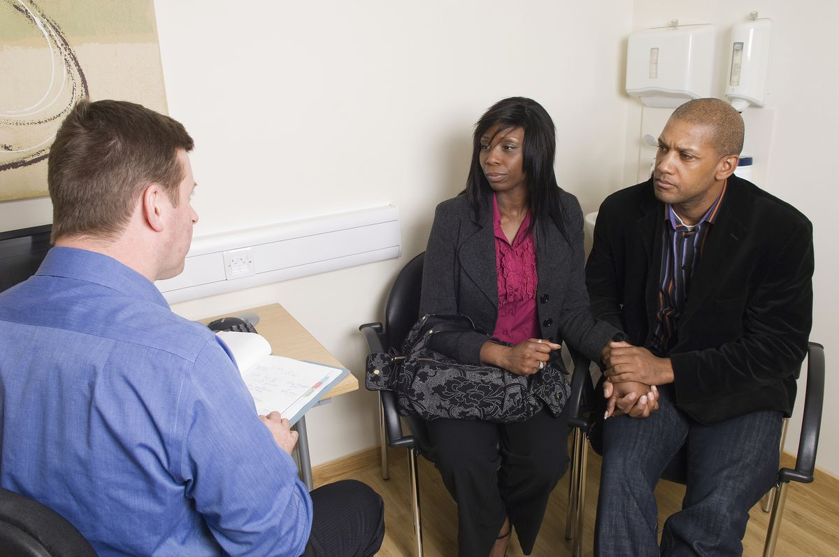 A couple consults a doctor about IVF.