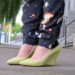 """Santina of <a href=""""http://stylebysantina.blogspot.com"""">Style by Santina</a> perfectly pairs lime green Pour la Victoire wedges with galaxy pants."""