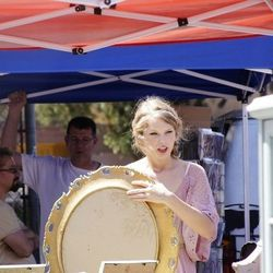 """""""Taylor Swift - Shopping at Melrose and Fairfax flea market in Los Angeles - August 28, 2011."""" [<a href=""""http://pinterest.com/pin/26951297740974650/"""">MTP via Lonnie McCoy</a>]"""