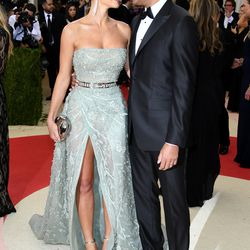 Here are the always-attractive Hannah Davis and Derek Jeter, lovingly uploading their thoughts and memories into one another's brains for safekeeping.