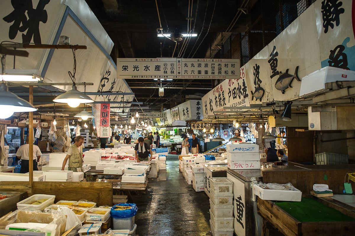 Don 39 t eat sushi at tsukiji market eater for Closest fish market