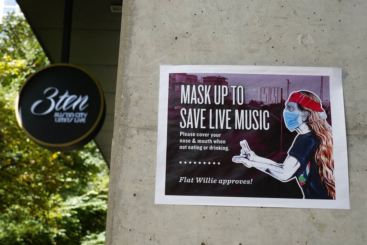 A sign in Texas requesting masks be worn.