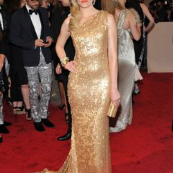 Elizabeth Banks, also in neon lipstick, wears Tommy HIlfiger