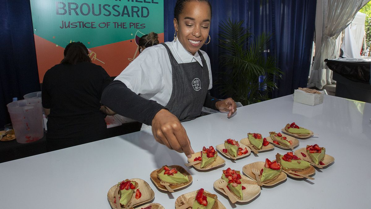 A chef plating green key lime pie on mini bamboo dishes.