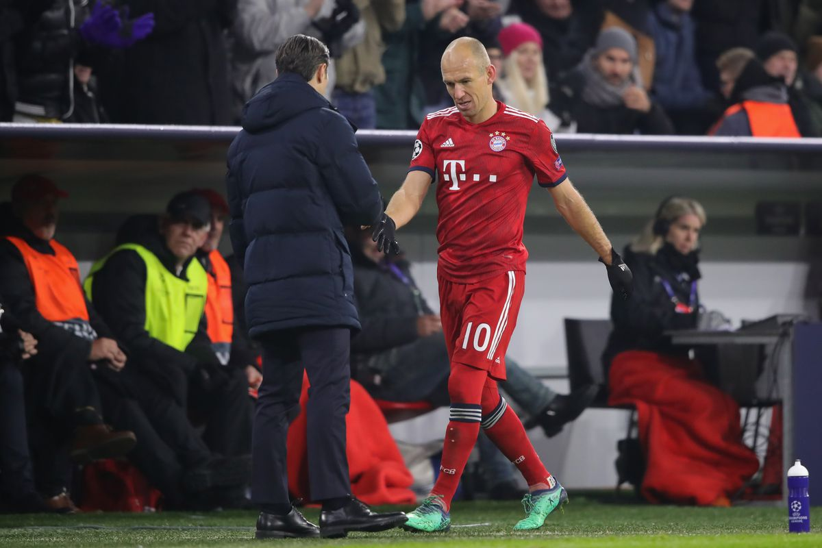 FC Bayern Muenchen v SL Benfica - UEFA Champions League Group E MUNICH, GERMANY - NOVEMBER 27: Arjen Robben of FC Bayern Muenchen shake hands with his head coach Niko Kovac after his substitution during the Group E match of the UEFA Champions League between FC Bayern Muenchen and SL Benfica at Allianz Arena on November 27, 2018 in Munich, Germany.