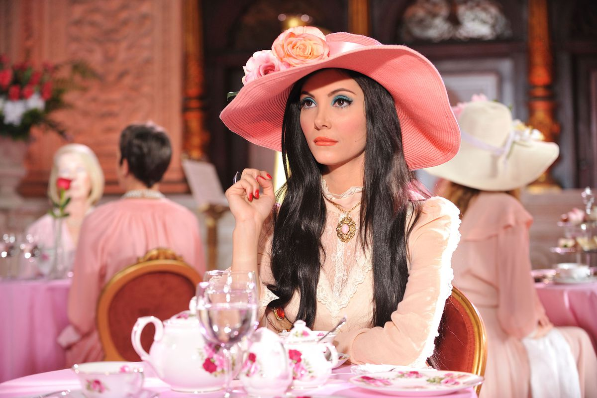 As Elaine in The Love Witch, Samantha Robinson dons a very brightly colored hat